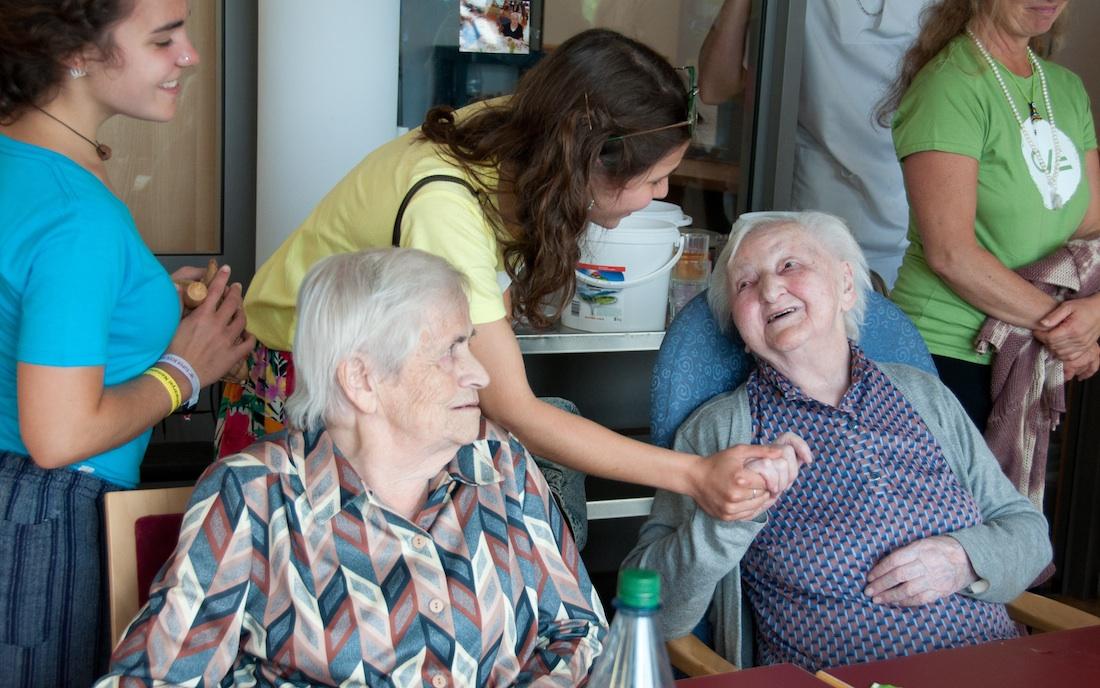volunteers in nursing homes